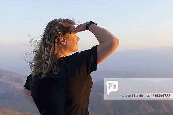 USA  Kalifornien  Joshua Tree National Park  Weibliche Touristen beim Anblick des Sonnenuntergangs