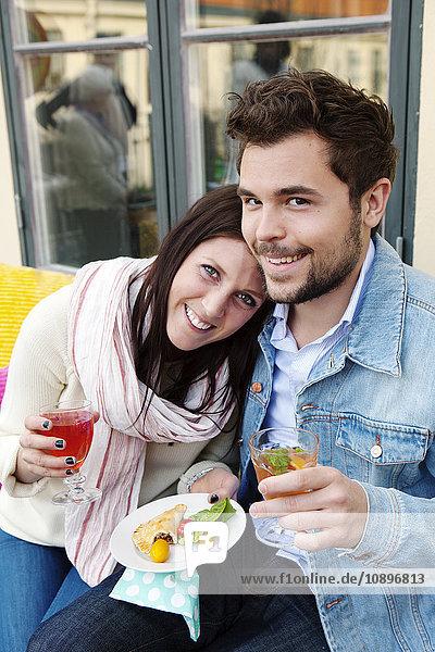 Schweden  Uppland  Glückliches Paar mit Essen im Freien