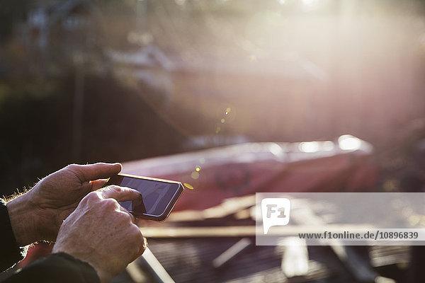 Schweden  Uppland  Rindo  Nahaufnahme des Menschen mit Smartphone