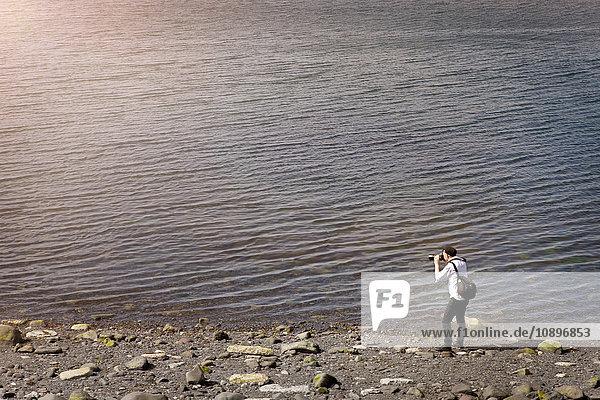 Island  Reykjavik  Fotograf am Seeufer