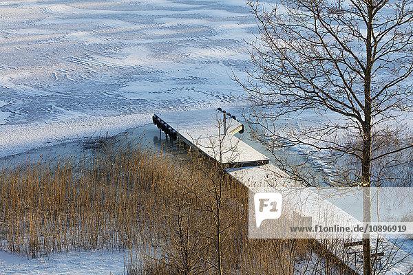 Schweden  Uppland  Stockholm Archipel  Rindo  Pier auf See im Schnee