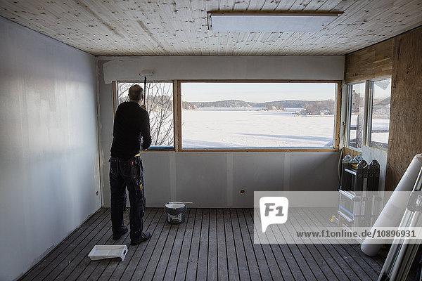 Schweden  Uppland  Stockholm Archipel  Rindo  Mann Malerei Wand