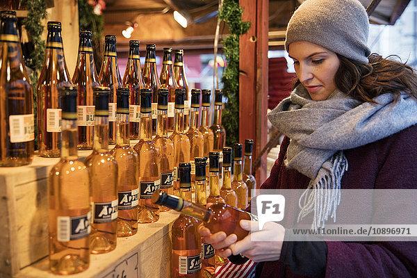 Schweden  Stockholm  Gamla Stan  Frau mit Weinflasche