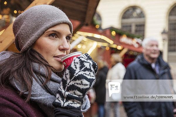 Schweden  Stockholm  Gamla Stan  Frau trinkt Kaffee auf dem Markt