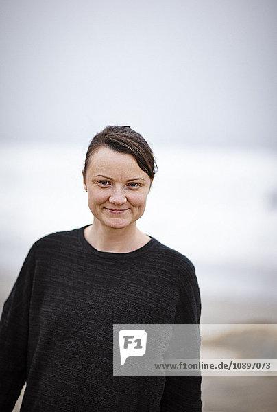 USA  Kalifornien  Los Angeles  Santa Monica  Porträt einer Frau am Strand