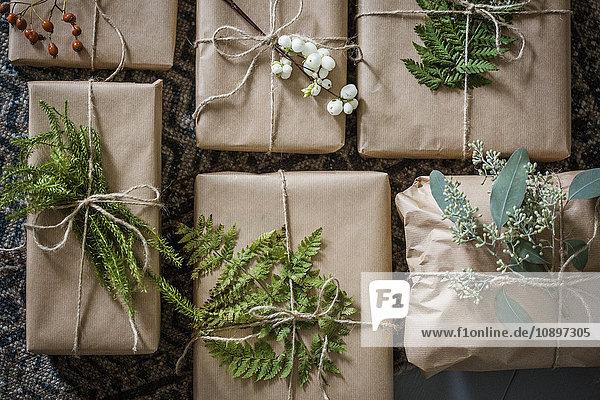 Schweden  Verpackte Weihnachtsgeschenke mit Zweigen