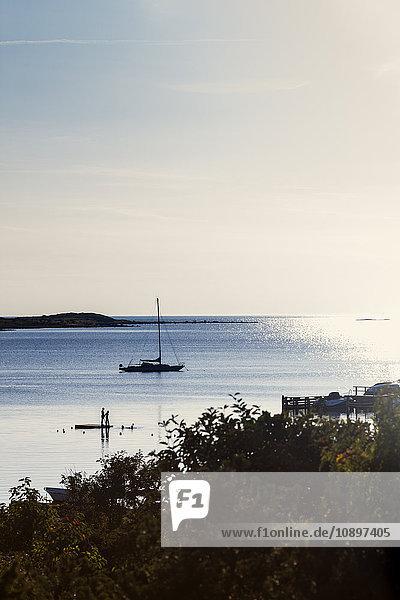 Schweden  Halland  Varberg  Tangaberg  Segelboot in Küstennähe