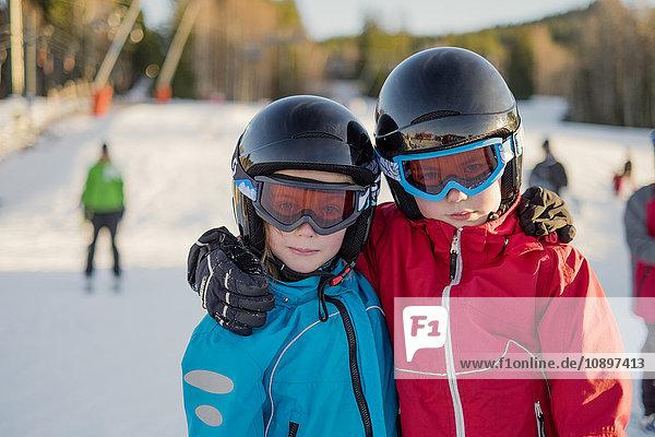 Schweden  Dalarna  Salen  Portrait des Jungen (10-11) und des Mädchens (8-9)