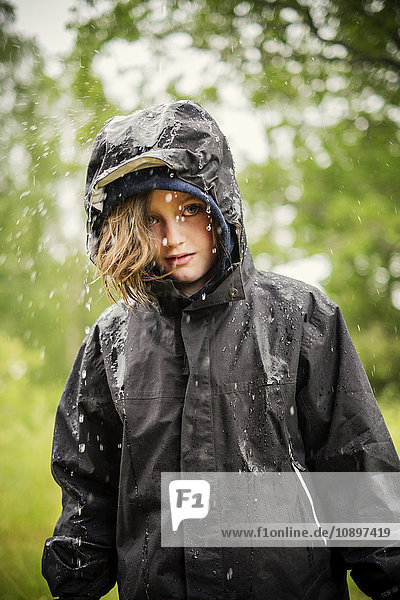 Schweden  Uppland  Blondes Mädchen (8-9) im Regenmantel