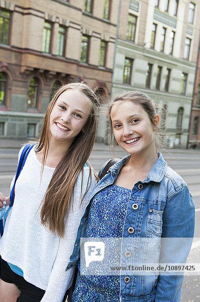 Schweden  Vastra Gotaland  Göteborg  Portrait von zwei lächelnden Mädchen (14-15)