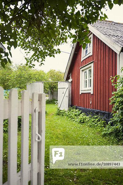 Schweden  Oland  Grüner Hof vor dem Haus