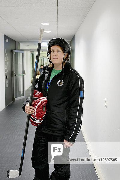 Schweden  Eishockeyspielerin im Flur stehend