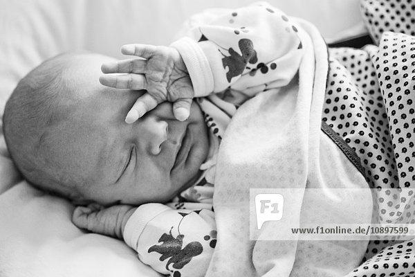 Junge (2-5 Monate) im Bett