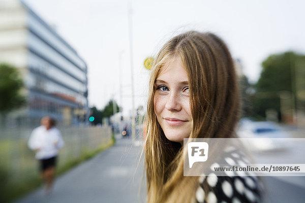 Deutschland  Berlin  Blondine (16-17) auf der Straße Deutschland, Berlin, Blondine (16-17) auf der Straße