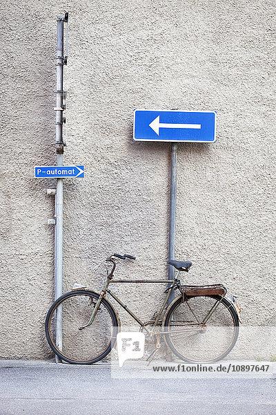 Schweden  Stockholm  Straßenschilder und Fahrrad vor der Wand