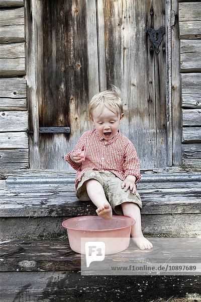 Schweden  Harjedalen  Ytterberg  Junge (2-3) beim Fußwaschen