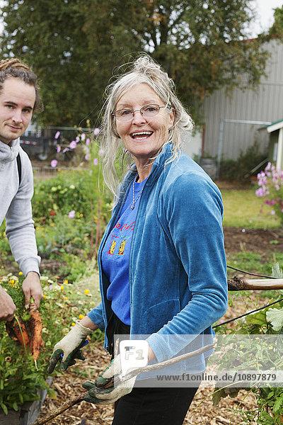 USA  Idaho  Sandpoint  Mann und Frau bei der Arbeit im Hausgarten