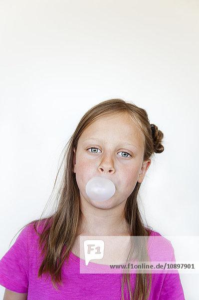Mädchen (6-7) bläst Bubblegum