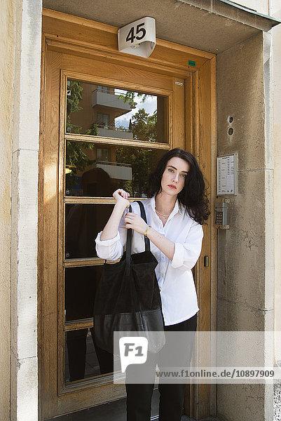 Schweden  Stockholm  Sodermalm  Porträt einer jungen Frau vor der Tür