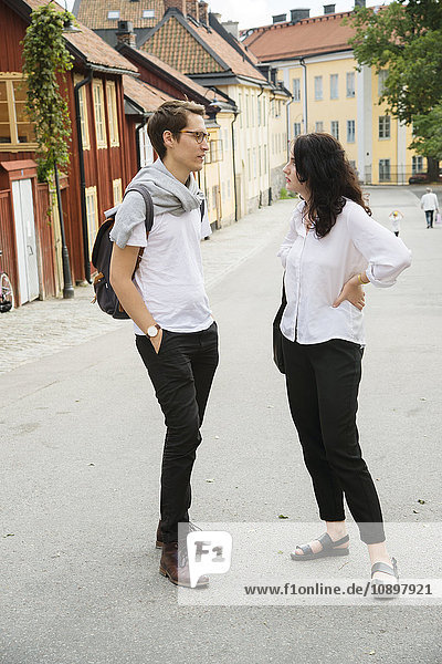 Schweden  Stockholm  Sodermalm  Nytorget  Junges Paar im Gespräch auf der Straße