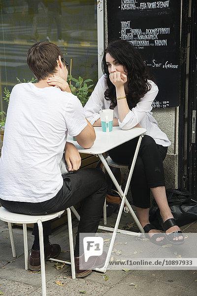 Schweden  Stockholm  Sodermalm  Junges Paar am Straßencafé sitzend