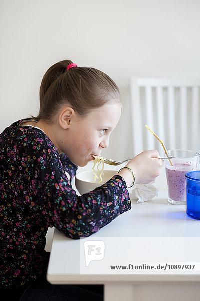 Mädchen (6-7) essen Nudelsuppe