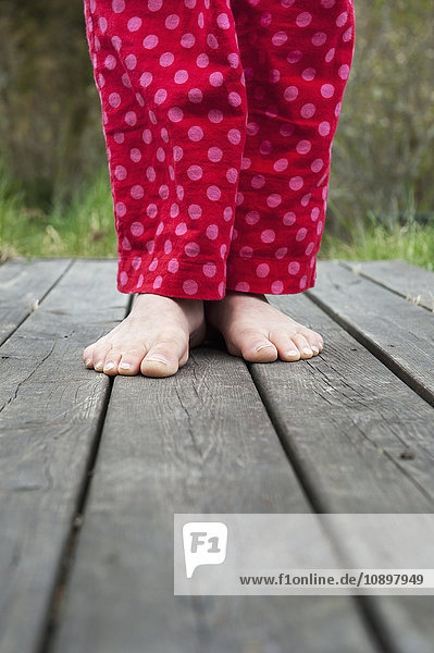 Schweden  Ostergotland  Vikbolandet  Unterteil der Frau im Schlafanzug