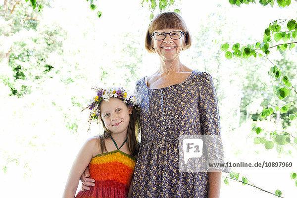 Schweden  Ostergotland  Vikbolandet  Portrait des Mädchens (10-11) mit ihrer Großmutter