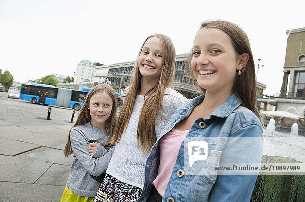 Schweden  Vastra Gotaland  Göteborg  Göteborg  Portrait von Mädchen (8-9  14-15) auf dem Stadtplatz stehend