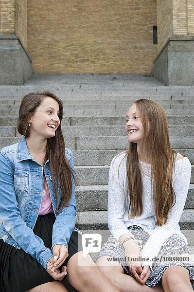 Schweden  Vastra Gotaland  Göteborg  Gotaplatsen  Teenager Mädchen (14-15) auf Stufen sitzend
