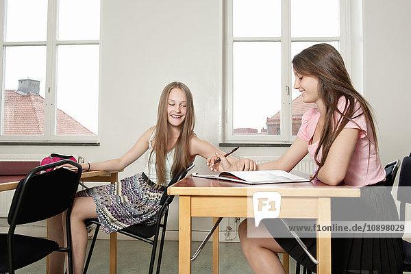 Schweden  Teenager-Mädchen (14-15) sprechen im Klassenzimmer