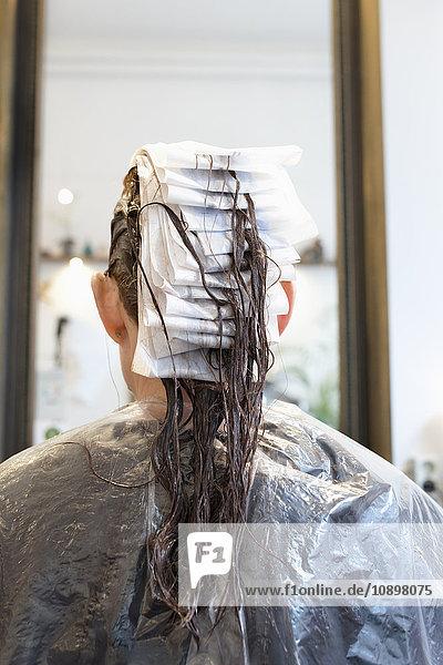 Schweden  Rückansicht der Frau im Friseursalon