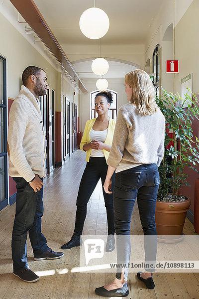 Schweden  Menschen sprechen im Korridor