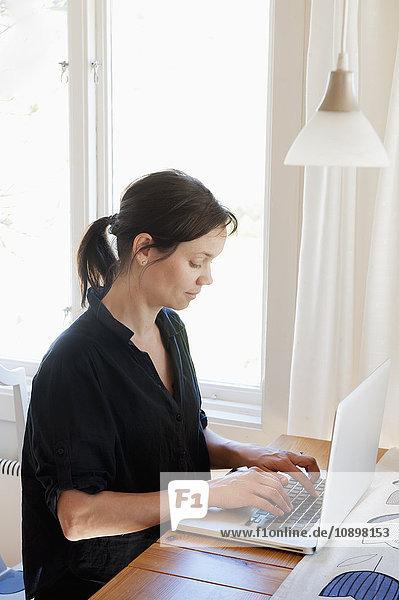 Schweden  Frauen surfen im Netz auf dem Laptop