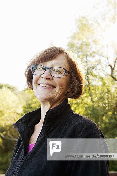 Schweden  Uppland  Portrait der lächelnden Seniorin