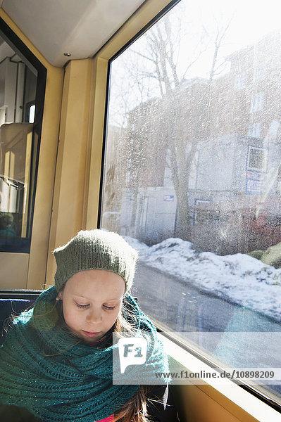Schweden  Stockholm  Mädchen (10-11) mit Strickmütze sitzend in der Straßenbahn