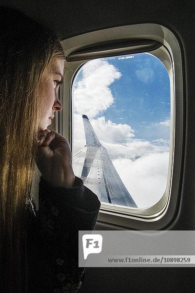 Schweden  Junge Frau beim Blick ins Flugzeug Schweden, Junge Frau beim Blick ins Flugzeug