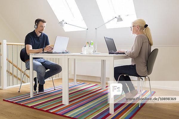 Schweden  Paar arbeitet zu Hause