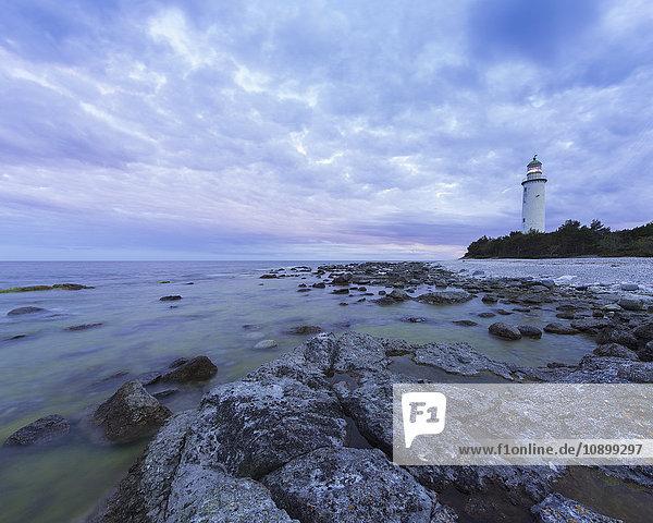 Schweden  Gotland  Faro  Leuchtturm bei Dämmerung unter romantischem Himmel