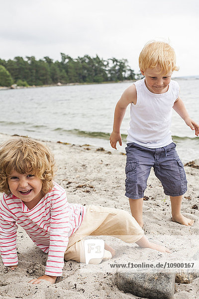 Sweden  Sodermanland  Stockholm Archipelago  Musko  Girl (4-5) and boy (4-5) on beach