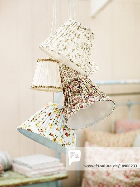 Nahaufnahme von Lampenschirmen im Landhaus