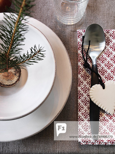 Nahaufnahme des Tellers mit Weihnachtsdekoration