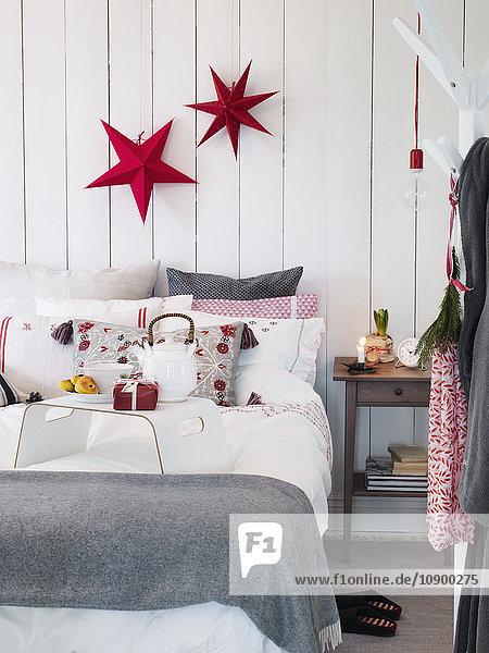 Schlafzimmer mit Weihnachtsdekoration