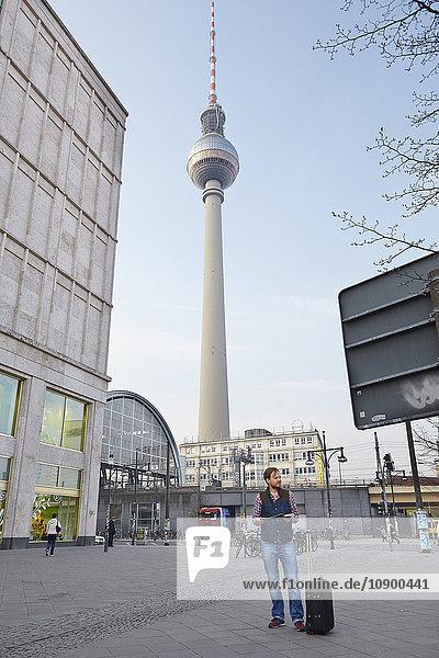 Deutschland  Berlin  Männerporträt mit Fernsehturm im Hintergrund