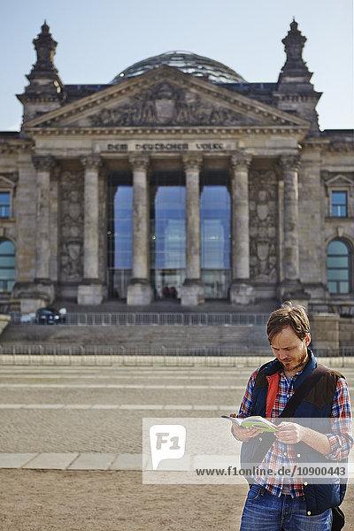 Deutschland  Berlin  Mann steht vor dem Reichstag