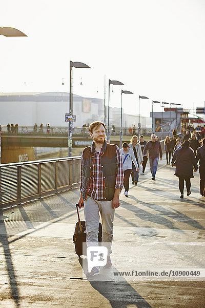 Deutschland  Berlin  Friedrichshain  Mann zu Fuß am Bahnhof