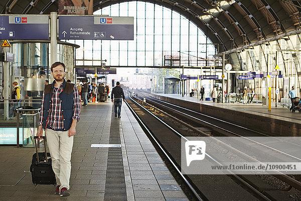 Deutschland  Berlin  Mann zu Fuß auf dem Bahnhof