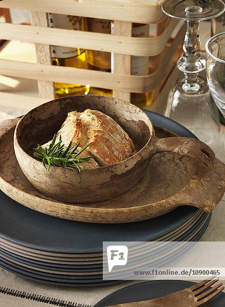 Schweden  Vastergotland  Fleisch mit Kräutern in Schale