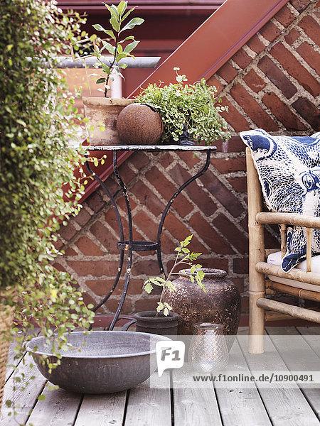 Schweden  Vastergotland  Couchtisch und Sessel im Freien