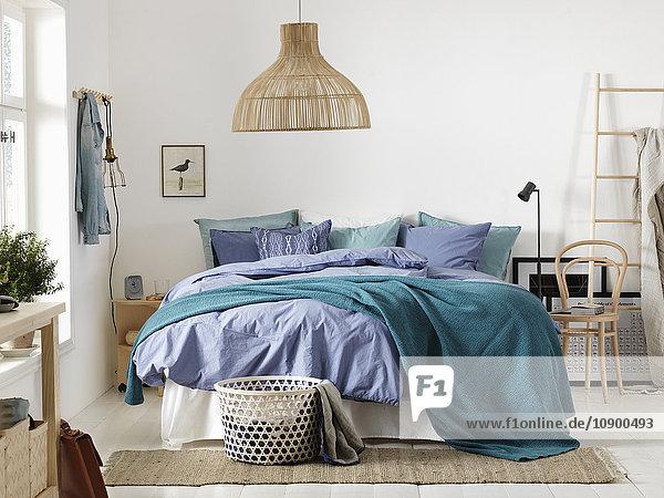 Schweden  Vastergotland  Schlafzimmer mit großem Bett